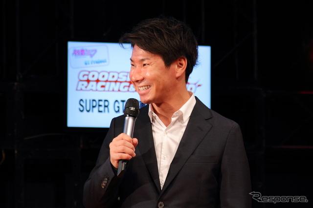 グッドスマイルレーシング&TeamUKYO SUPER GT 2連覇決起集会に登場した小林可夢偉《撮影 吉田 知弘》