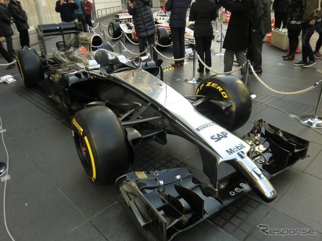 会見日、ホンダ本社前には2014年11月のアブダビ合同テストに登場した「マクラーレンMP4-29H/1×1」の姿も(昨年型ベースの暫定テスト車)。《撮影 遠藤俊幸》