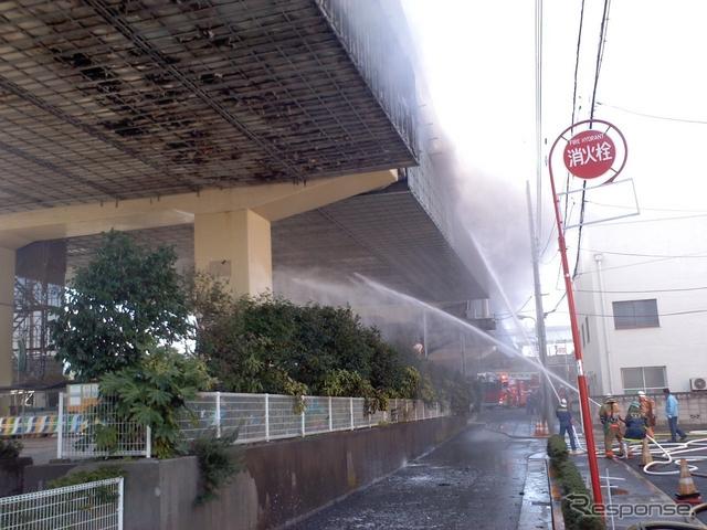 高速7号小松川線の高架下で起きた火災(16日午前)《提供 首都高速》