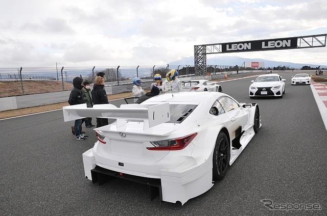 コース上でしばし打ち合わせ。手前はRC F GT500マシン丹羽圭@DAYS