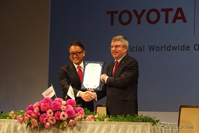 トヨタ自動車の豊田章男社長(左)とIOCのトーマス・バッハ会長(右)《撮影 池原照雄》