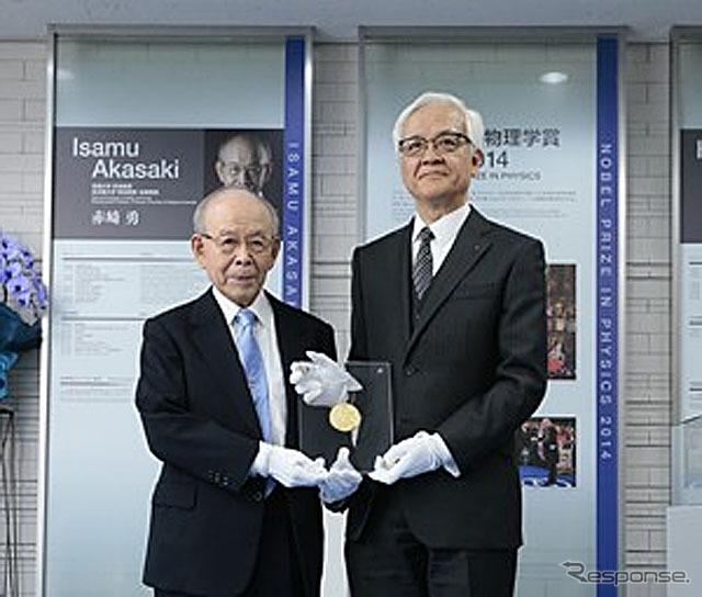 赤崎教授(左)からレプリカを寄贈される豊田合成の荒島社長