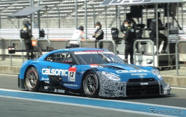 GT500の初日トップタイム、#12 日産GT-R。GT500の日産勢は空力パーツをダミー塗装して走っているようだ。