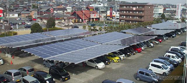 カリモク家具の緒川アウトレット駐車場に設置されたカーポート型太陽光発電設備
