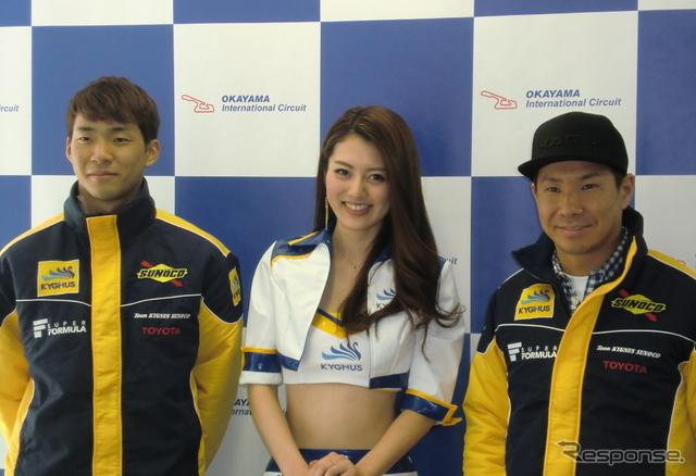 小林可夢偉(右)と、僚友の平川亮(左)。