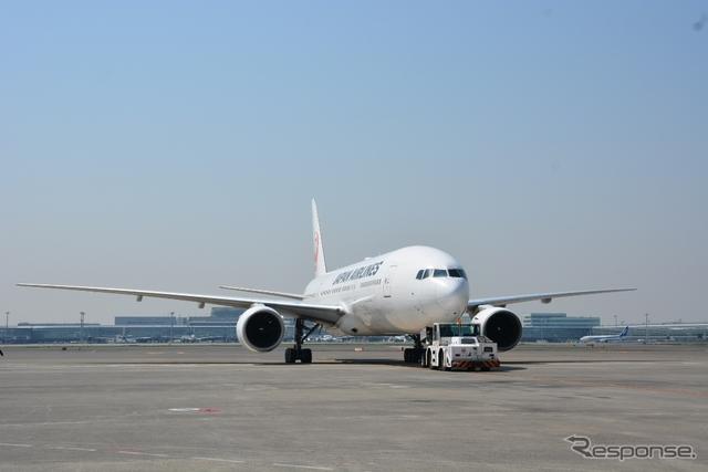 巨大な航空機を押すトーイングカー《撮影 鈴木ケンイチ》