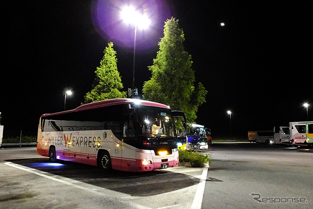 新名神高速道路 土山サービスエリア(滋賀県甲賀市)で休憩するウィラーバス。SAの駐車場などでは、乗務員による安全点検が行なわれ、ホイールナットを叩くカチカチという音が聞こえてくる《撮影 大野雅人(Gazin Airlines)》