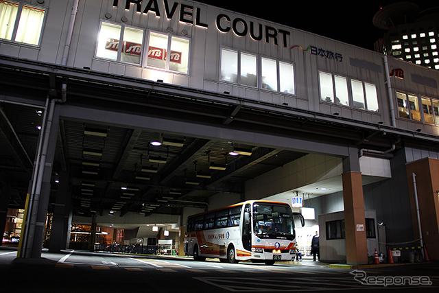 """新大阪から東京へ向かう最終の東海道新幹線を逃した人たちのなかには、高速バスや寝台列車といった夜行に""""飛び乗り""""で利用する人も「週に2〜3人いる」「ひと月に数人はいる」という《撮影 大野雅人(Gazin Airlines)》"""