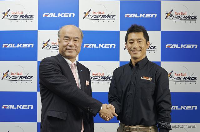 住友ゴム 池田社長(左)と室屋義秀選手