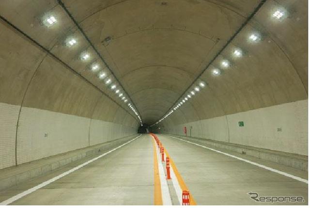 トンネル入口部照明の施設例出典:国土交通省資料