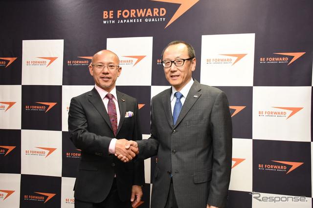 握手するビッグウェーブの服部厚司社長(右)とビィ・フォアードの山川博功社長(左)