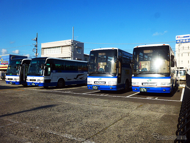 館山駅前に並ぶ高速バス(5月2日)《撮影 大野雅人(Gazin Airlines)》