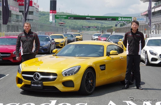 メルセデス AMG GT。左はメルセデスAMGトビアス・ムアース社長、右はメルセデス・ベンツ日本の上野金太郎社長《撮影 宮崎壮人》