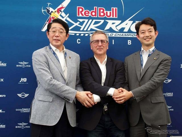 記者会見の後、互いに握手をする(左から)浦安市・松崎市長、レッドブルエアレース・ウルフGM、千葉市・熊谷市長