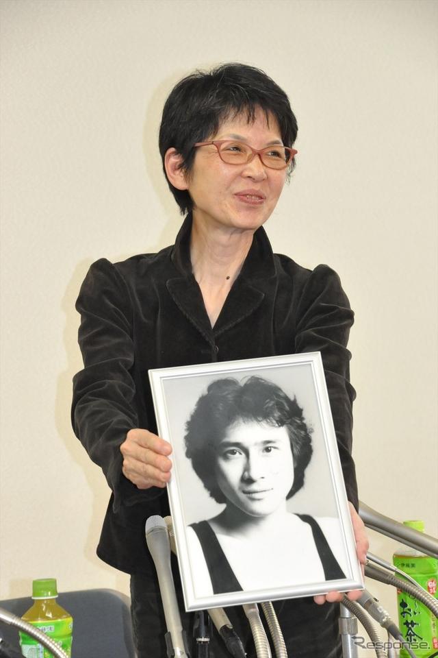 若き日の萩原流行さんの写真と共に会見に臨んだ妻・まゆ美さん《撮影 中島みなみ》