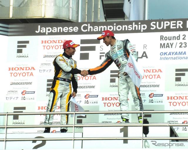 表彰台で健闘を讃え合う、優勝の石浦と2位の可夢偉。《撮影 遠藤俊幸》