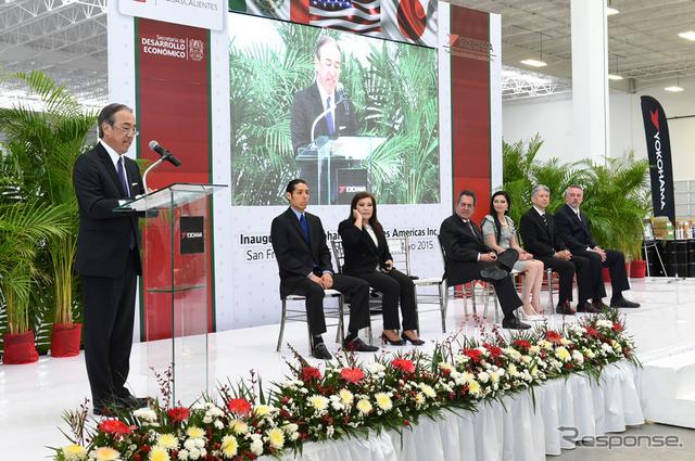 メキシコ新工場の開所式で挨拶する大石貴夫横浜ゴム取締役専務執行役員MB管掌(左)