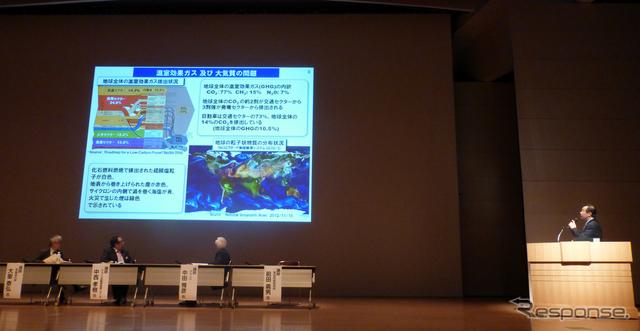 「自動車会社が考える近未来の方向性」というタイトルのもと社会交通システム委員会前田義男氏が講演をおこなった。《撮影 北原梨津子》