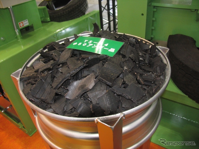 製紙工場に持ち込まれる、32分割された廃タイヤ