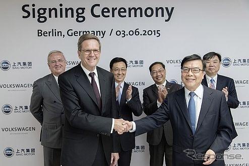 提携強化を発表するフォルクスワーゲンと上海汽車の両首脳