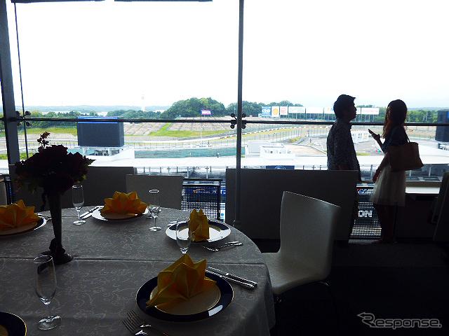 """鈴鹿サーキットでブライダルフェアを開催。参加したカップルたちは、国際レーシングコースやVIP席が""""挙式会場""""となる場面を想像しながら見学していた(三重県鈴鹿市・鈴鹿サーキット、2015年6月14日)《撮影 大野雅人(Gazin Airlines)》"""