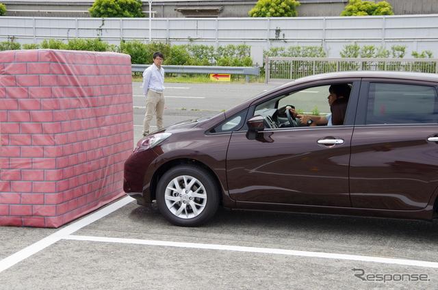 「踏み間違い衝突防止アシスト」は、ブレーキとアクセルの踏み間違えに起因する事故を抑止するためのシステムだ。障害物の検知には、駐車時などの当てこすりを防止するためのソナーセンサーを活用している。