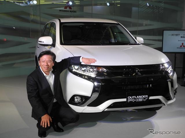 三菱自動車の相川哲郎社長と新型「アウトランダーPHEV」《撮影 山田清志》