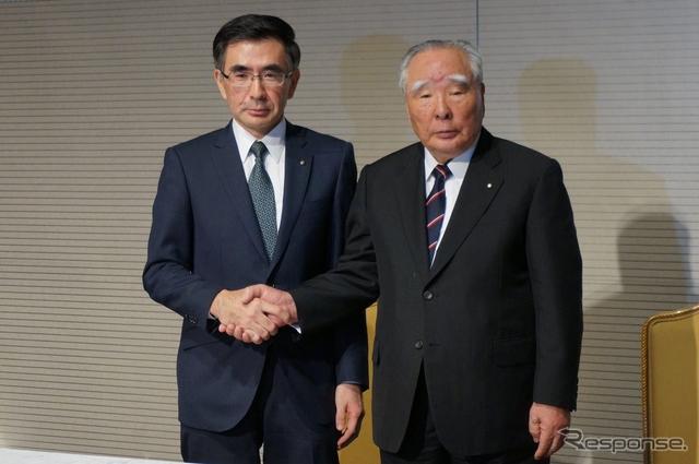 鈴木俊宏社長(左)と鈴木修会長(右)《撮影 関航介》