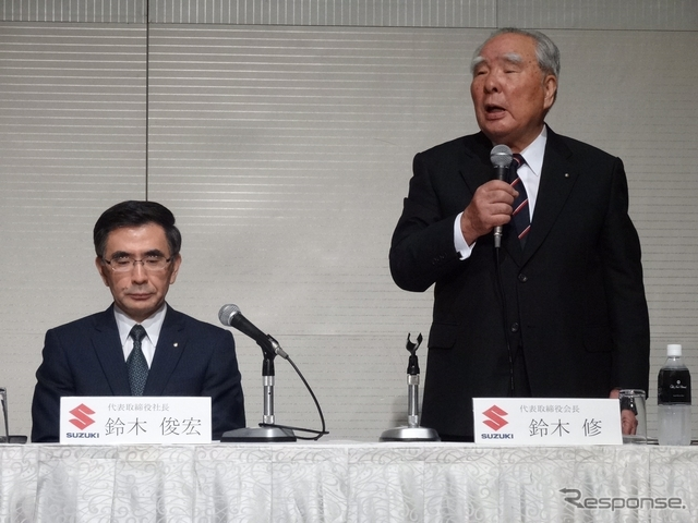 スズキ鈴木俊宏社長(左)と鈴木修会長(右)《撮影 三浦和也》