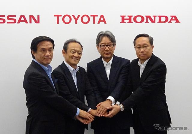 記者会見したトヨタの伊勢専務(左から2人目)ら関係者《撮影 池原照雄》