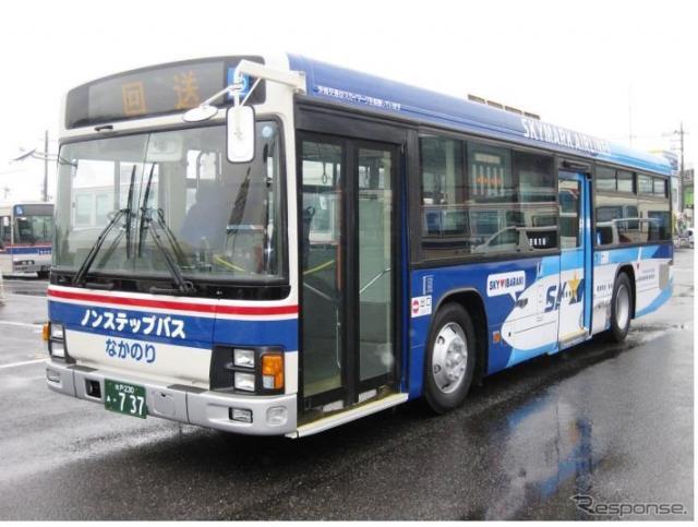 茨城交通が運行するスカイマークのラッピングバス《画像 スカイマーク》