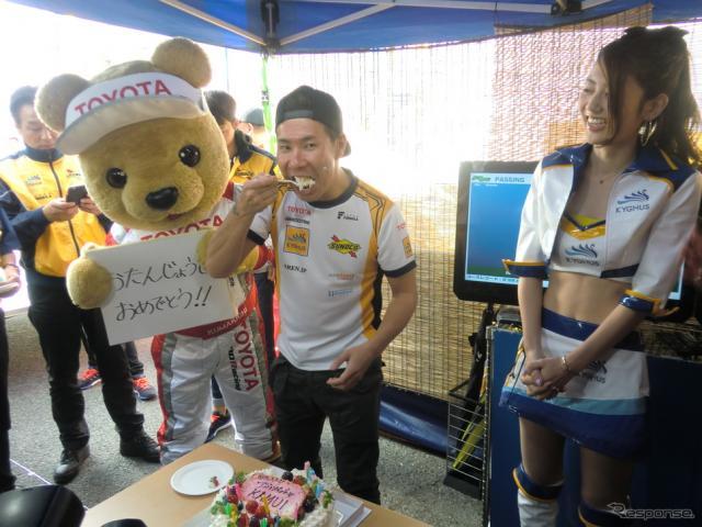 決勝日朝、可夢偉の誕生日をチームスタッフたちが祝った。撮影:遠藤俊幸