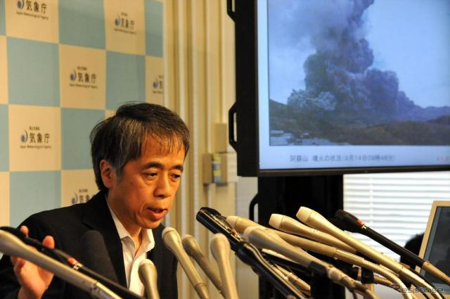 阿蘇山噴火について会見する北川貞之火山課長(14日・気象庁)《撮影 中島みなみ》