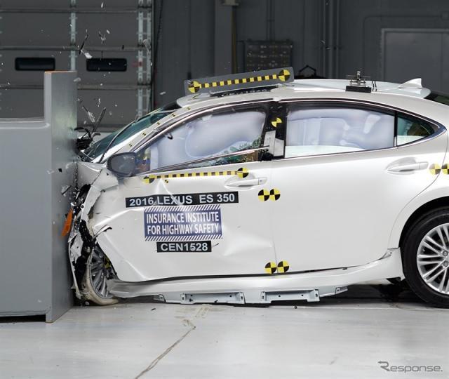 レクサスESの2016年モデルの米IIHSスモールオーバーラップ衝突テスト