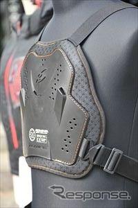 ハーレーモーターサイクル保険加入者に無料配布される胸部プロテクター(コミネ製)《撮影 中島みなみ》