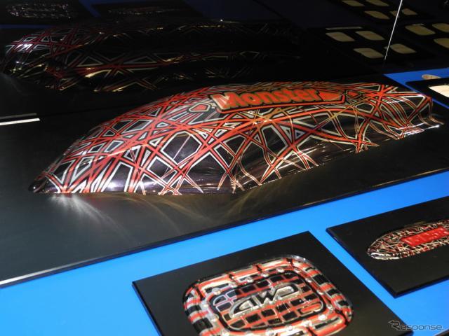3次元加飾成形技術でつくられたオートバイ用部品《撮影 山田清志》