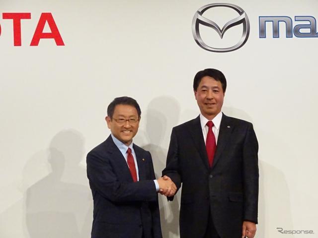 提携を発表した豊田トヨタ社長と小飼マツダ社長(2015年5月)《撮影 池原照雄》