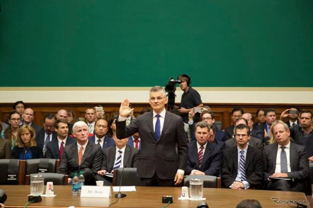 米下院エネルギー商業委員会の公聴会で宣誓するフォルクスワーゲングループオブアメリカのマイケル・ホルン社長兼CEO
