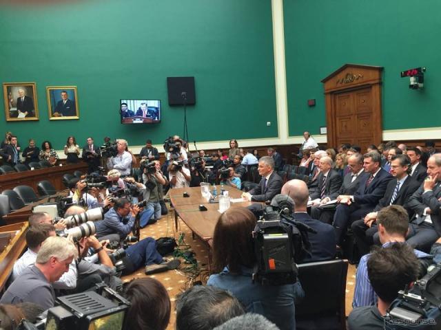 米下院エネルギー商業委員会の公聴会で証言したフォルクスワーゲングループオブアメリカのマイケル・ホルン社長兼CEO(中央)