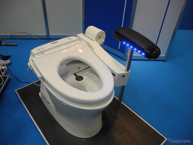 日本アシストが開発したロボット便座。紙でお尻を自動で拭く《撮影 山田清志》