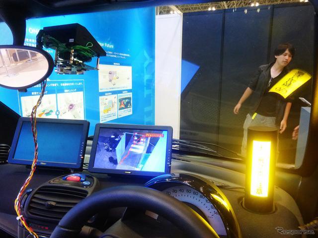 オムロンの車載用カメラ一体型距離センサー「LiCam」が前方の歩行者をとらえる(CEATEC JAPAN 2015/幕張メッセ/10月7〜10日)《撮影 大野雅人(Gazin Airlines)》
