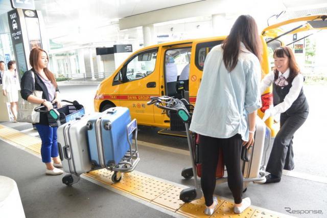 羽田空港国際線ターミナルタクシー乗り場《撮影 小松哲也》