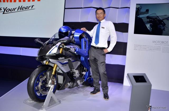 Yamaha Motor Ventures & Laboratory Silicon Valley Inc.のHiroshi Saijou 氏とMOTOBOT(東京モーターショー15)《撮影 青木タカオ》