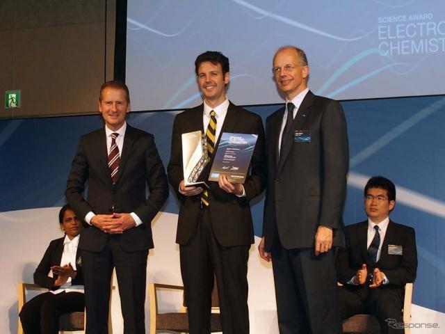 「第4回サイエンスアワード エレクトロケミストリー」賞を受賞したブライアン・マクロスキー氏(中央)