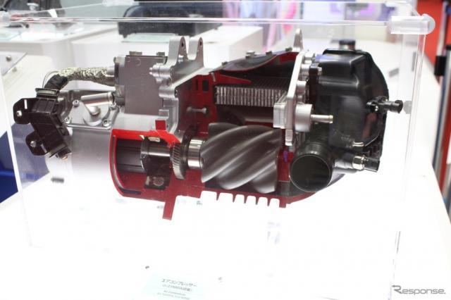 豊田自動織機が生産するトヨタMIRAI用の電動エアコンプレッサー。