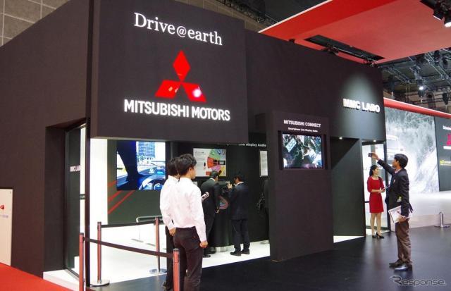 三菱ブースのスマートフォン連携ディスプレイオーディオ体験コーナー(東京モーターショー15)《撮影 宮崎壮人》