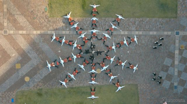 UNI-CUB βに乗ってパフォーマンスをするOK Go(中央)とダンサー達