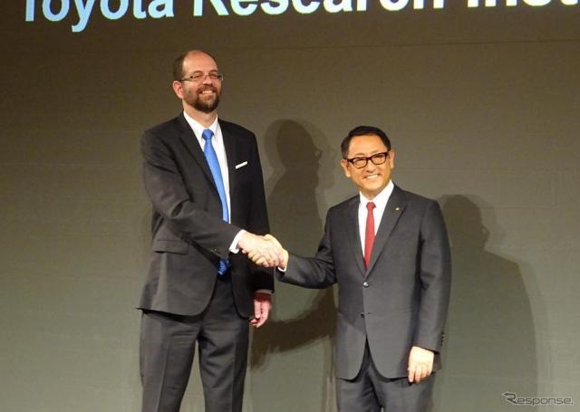 トヨタ・リサーチ・インスティテュートのCEOに就任するギル・プラット氏(左)と豊田章男社長(右)《撮影 池原照雄》