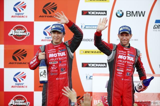 GT500クラス連覇を決めた松田次生とクインタレッリ。《撮影 益田和久》