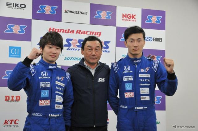 SRS-Fスカラシップを獲得した阪口晴南(左)と牧野任祐(右)、そして中嶋悟氏《撮影 丹羽圭@DAYS》